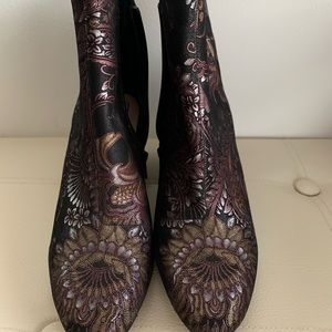 New Aldo boots in gorgeous print, size 7!